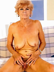 Mature dame is posing fully nude