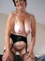 Mature GILF is posing undressed outdoor