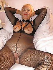 Alluring mature girl is baring it all on pix