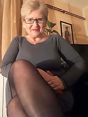 Busty mature mama is spreading her pussy lips on cam